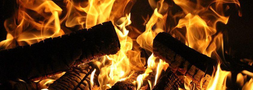 Geeignete Brennstoffe für ein prasselndes Feuer im Kachelofen // Copyright: kamintechnik.de