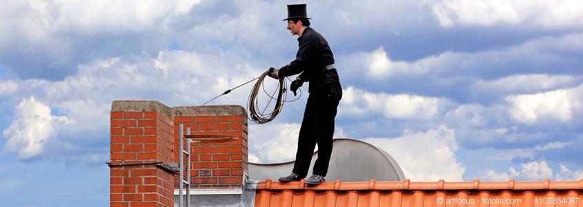 Ein Schornsteinfeger bei der Arbeit // Bildquelle: © artfocus - fotolia.com - #102854087